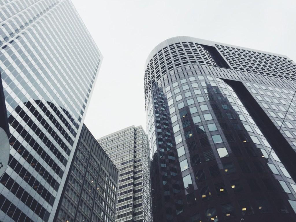 bildmotiv-fuer-finanzdienstleister-blick-vom-boden-hoch-zu-glasfronten-von-wolkenkratzern-thought-leader-system